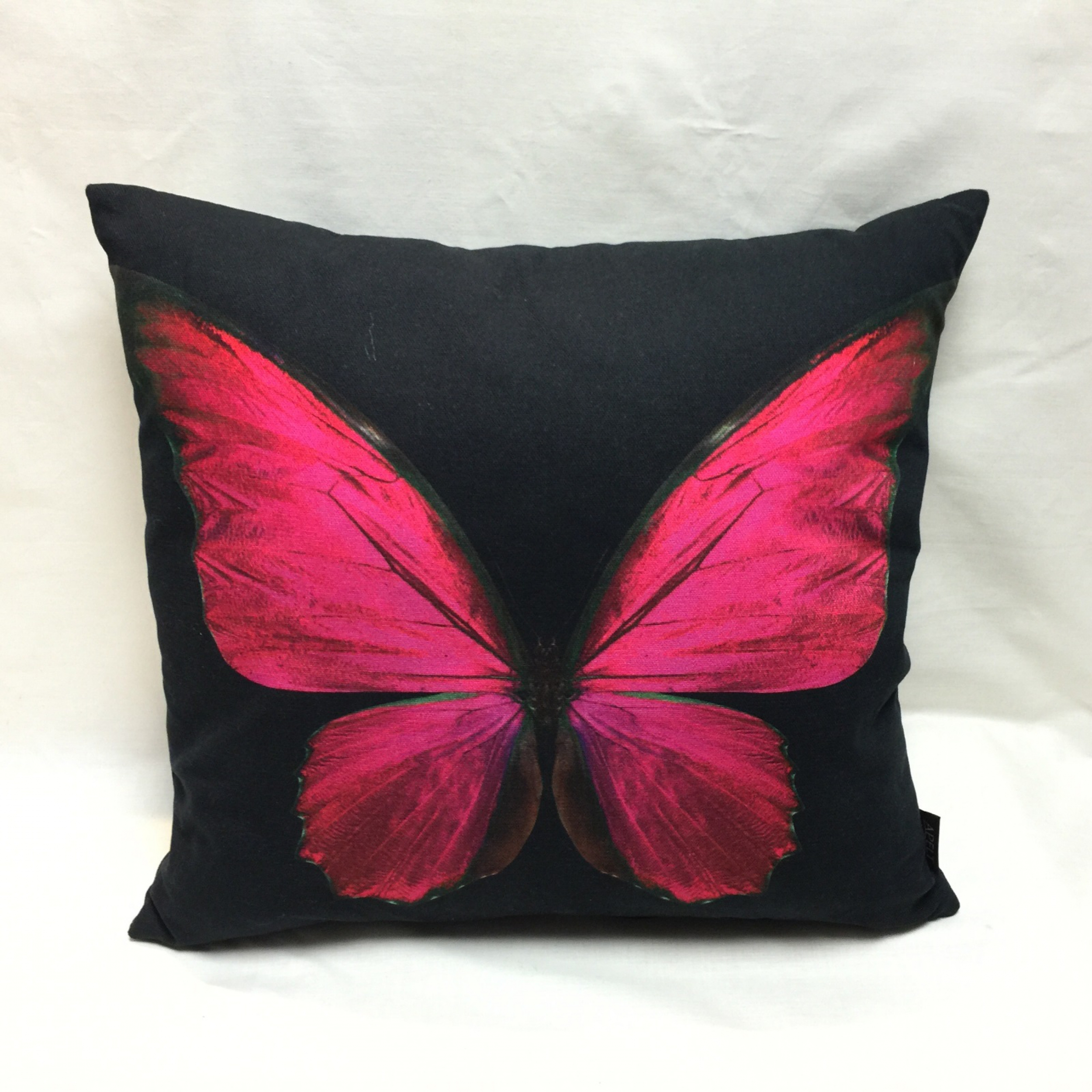 coussin papillon fushia d houssable 45 x 45 cm l 39 atelier de la toile. Black Bedroom Furniture Sets. Home Design Ideas