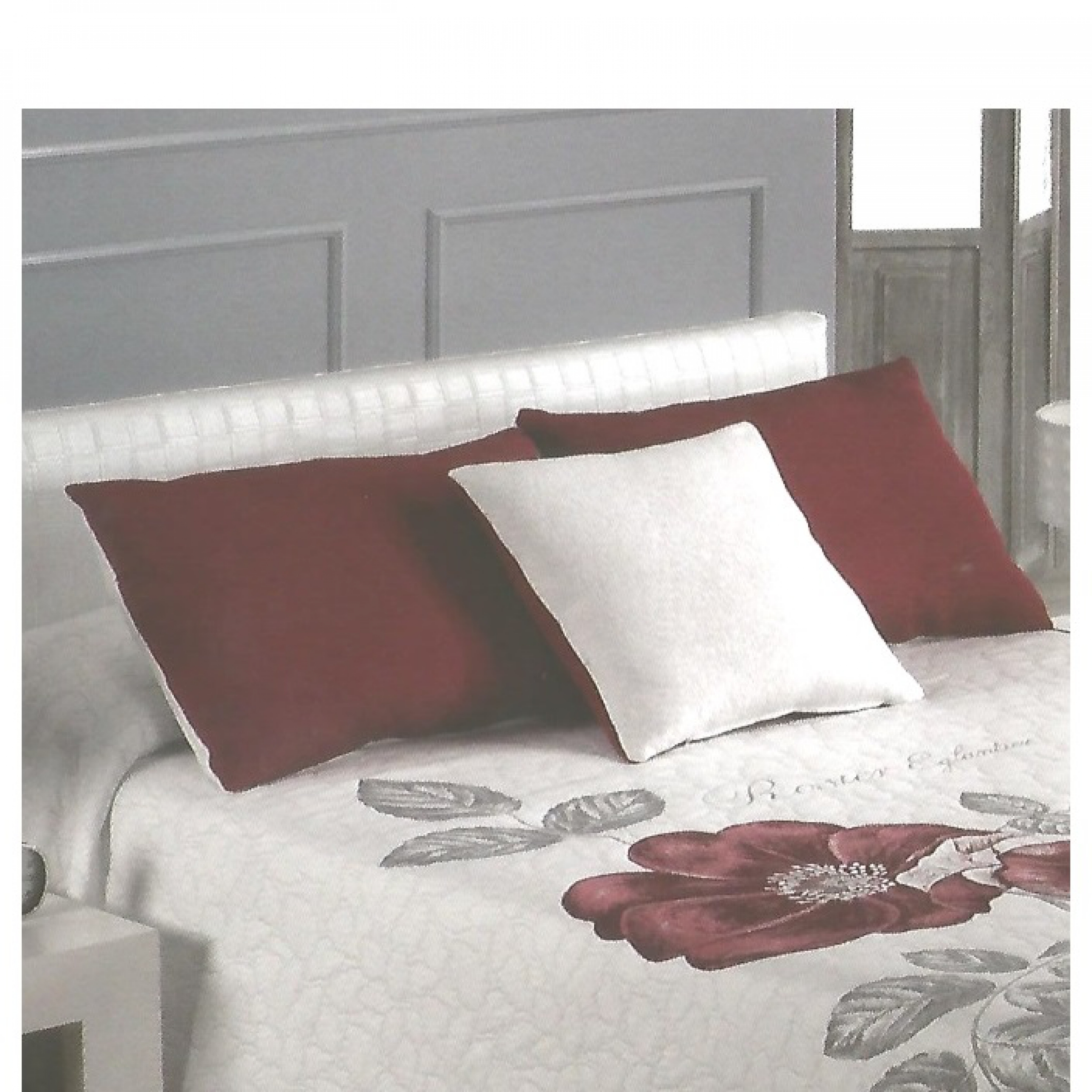coussin bordeaux assorti au couvre lit rose l 39 atelier de la toile. Black Bedroom Furniture Sets. Home Design Ideas