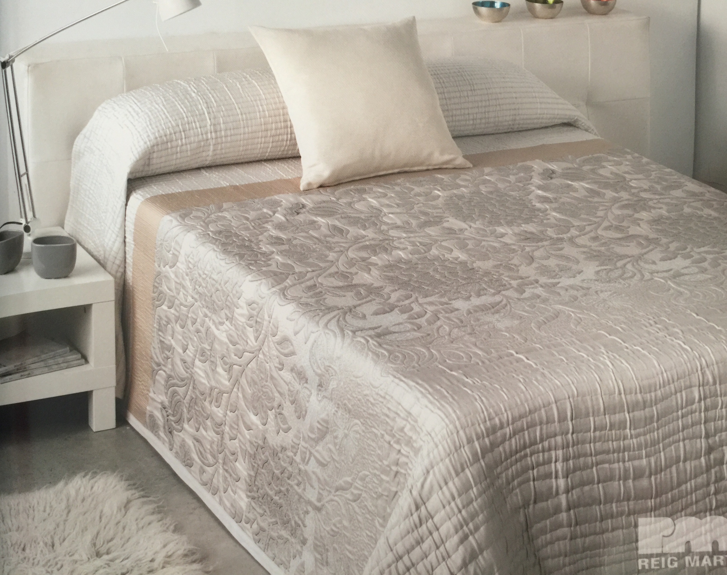 couvre lit shirli beige pour lit de 140 cm l 39 atelier de. Black Bedroom Furniture Sets. Home Design Ideas